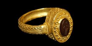 Roman - Gold Openwork Ring with Victory Intaglio Gemstone