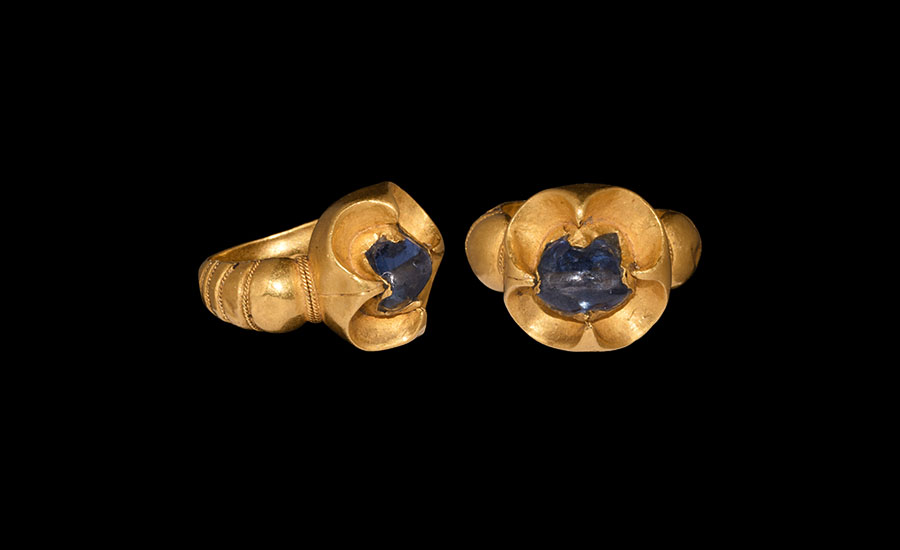 Lot 0489: Gold Ring with Large Sapphire £15,000 - £20,000